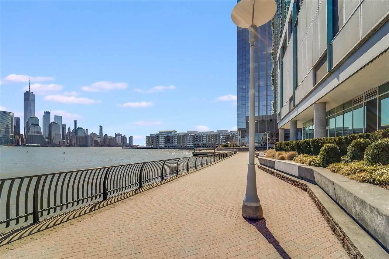 19. Condominiums for Rent at 2 2nd Street #1807 Jersey City, New Jersey 07302 United States